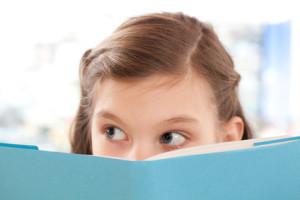 Mädchen liest ein Buch in der Schule