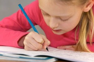 Schulkind verbessert Handschrift