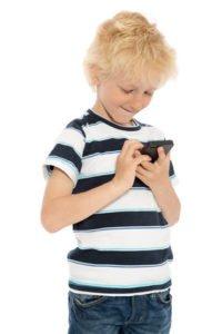 Medienkompetenz:  Junge tippt auf Smartphone