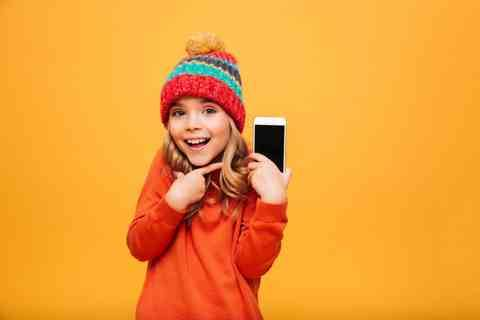 Smartphone unterm Weihnachtsbaum